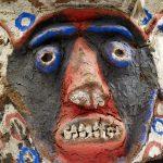 Le masque est fait d'un tronc de fougère arborescente évidé et ouvert à la base de façon à laisser entrer la tête du porteur. Sur le cylindre, quatre visages sont modelés et peints : yeux pédonculés, arcades sourcilières marquées, nez très saillant à nari